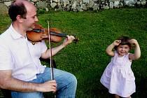 Nevšední talent předurčoval Tomáše Hubku pro kariéru světového sólisty, ale on si vybral roli orchestrálního hráče, protože se v orchestru cítí lépe. Sólově rád hraje doma své dvouleté dceři Aničce (na snímku), která na jeho hudbu s chutí tančí.