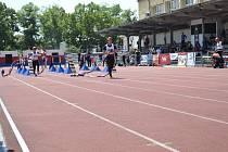 Běh na 100 metrů s překážkami se odehrál v parném poledni.