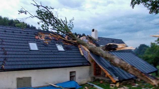 Na střechu rodinného domu spadl v pátek 10. července strom v obci Velký Ježov.