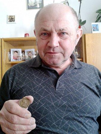 Josef Vesecký, vnuk vojína, drží vruce medaili za statečnost. Tu paradoxně získal jeho děda, když se snažil zfronty dostat nepozorovaně pryč.