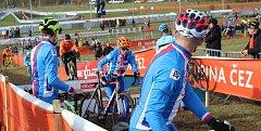Na překážkách se může o lecčems rozhodnout. Čeští závodníci všech kategorií si je v rámci tréninků poctivě zkoušeli. Stříbrný junior Tomáš Kopecký je během závodu skákal, ale ke zlatu ho to nakonec neposunulo.