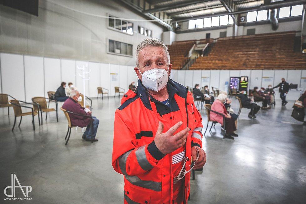 V Táboře ve čtvrtek začal provoz očkovacího centra na zimním stadionu. Podívejte se, jak jej na fotografiích zaznamenal David Peltán.