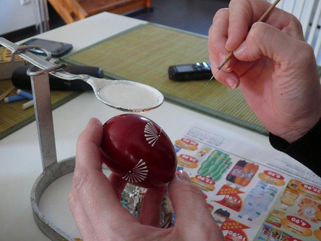 1. AŽ BUDETE MÍT ZÁKLADNÍ VZOR VRUCE. Tento složitější vzor nikdy nezačínejte od středu vajíčka. Vždy malujete jen vrchní půlku a stejný dekor na protější straně.