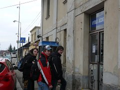 Studenti Jan Čech, Lukáš Žák a Jakub Novák pravidelně jezdí do Soběslavi vlakem. Je pro ně výhodnější.