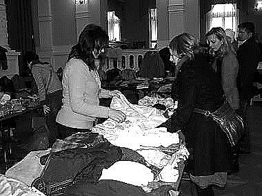 Na dvorku Městského muzea v Bechyni pokračují bleší trhy.