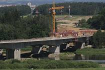 Stavba mostu přes rybník Koberný.