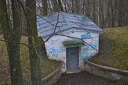 Řádění neznámého vandala zanechalo na mladovožické kapli i blízké vodárně své stopy.
