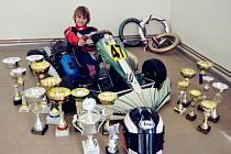 Devítiletý závodník Jakub Loskot se může na svém stroji a mezi získanými trofejemi právem usmívat. V letošním seriálu mistrovství České republiky si ve své kategorii Bambini zajistil titul šampiona.