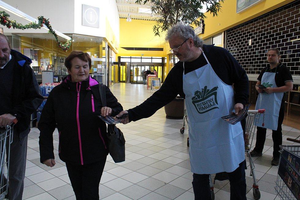 Potraviny potřebným věnovali nakupující i v táborském Albertu na Chýnovské ulici.