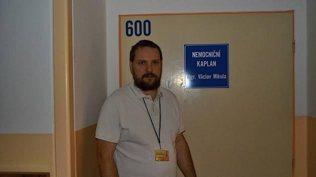 Václav Mikula je nemocničním kaplanem přes rok. Práce jej vyčerpává i naplňuje.