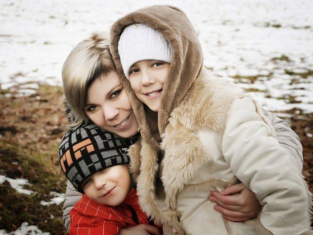 Fotografka Jana Šafratová se svými dětmi Dominikem (zleva) a Hankou (vpravo).