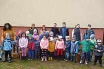 V úterý 19. listopadu si děti ze dvou mateřských školek s učitelkami užily soutěže a hry venku na zahradě.