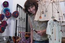 Všechno už je přichystáno ke středeční vernisáži. O to se v sobotu postarala Svatava Štrohmajerová, která stojí za projektem s názvem Výtvory žen dosud neznámých jmen.