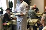 V úterý 5. května se na přípravě oběda pro klienty domu s pečovatelskou službou v táborských Čekanicích podíleli šéfkuchař hotelu Nautilus Martin Svatek a herec, hudebník a skladatel Ondřej Gregor Brzobohatý, kterého v bohulibé činnosti podpořila i manžel