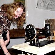 V pátek se na otevření muzea šicích strojů v Mladé Vožici sešly desítky návštěvníků. Zejména ženy obdivovaly každý detail vystavených strojů.