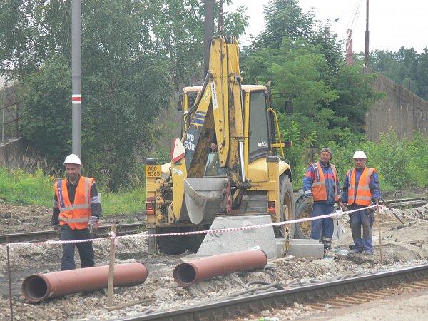 Stavbaři pracují na IV. železničním koridoru vSoběslavi.