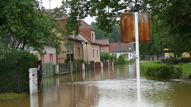 Zatopená Sokolská ulice ve Veselí nad Lužnicí.