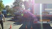 V Plané se v pondělí ráno srazila dodávka s kamionem.