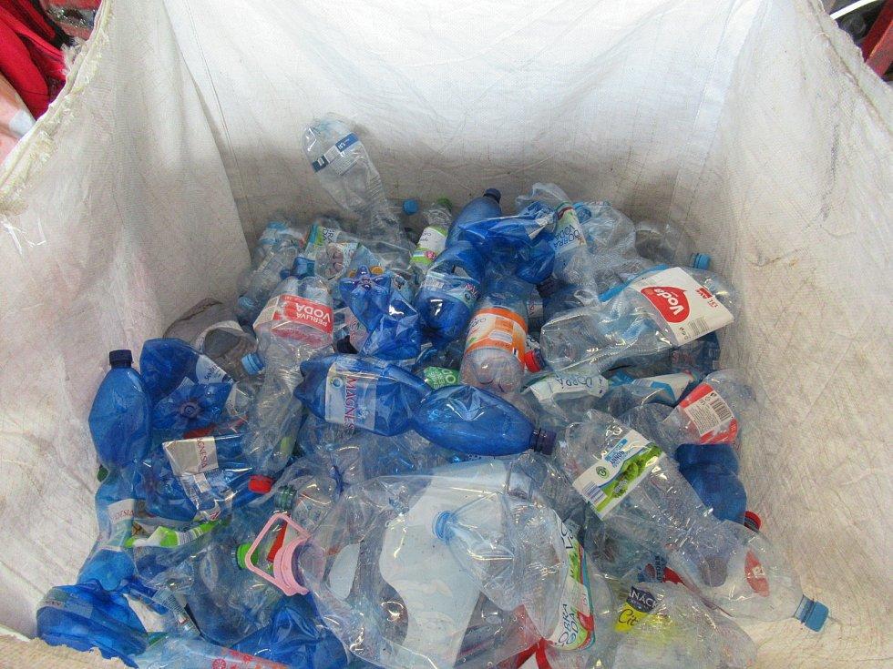 V objektu třídičky pracuje 16 zaměstnanců, jedná se o řidiče manipulační techniky, obsluhu lisu a pracovníky třídící linky, jejichž hlavním úkolem je dotřídění plastového odpadu.