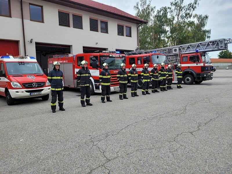 I na všech stanicích HZS Jihočeského kraje vyjela technika a se zapnutým výstražným světelným zařízením jsme uctili památku zesnulých hasičů minutou ticha. archiv HZS JčK