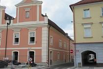 Radnice s kostelem sv. Víta je jednou z dominant centra.