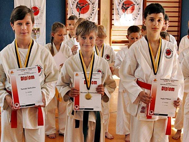 Ti nejlepší z kategorie 7. – 6. Kyu, zleva třetí Tomáš Votlučka (Sedlčany), vítěz Nicolas Bělohoubek (Tábor), druhý Vojtěch Pittner (Sedlčany) a čtvrtý Tomáš Trávníček (Milevsko).