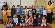 Žáci 1. A ZŠ Zborovská v Táboře s třídní učitelkou Romanou Koblasovou a asistentkou pedagoga Pavlovou Farovou.