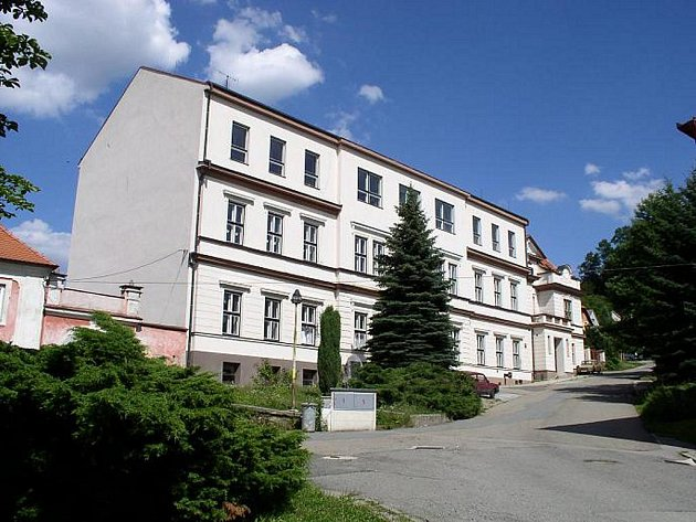 Nová škola, dům čp 24. Stará škola, dům čp. 23 stávala na prostranství mezi kostelem a farou, kde je dnes malý parčík.