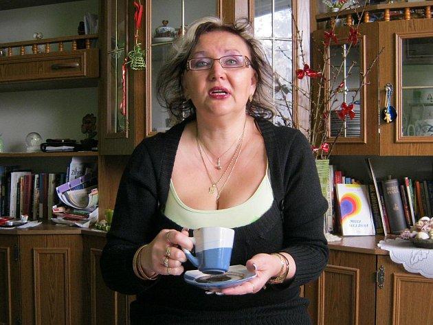 Dagmar Kroužilová věstí z ruky, využívá numerologii, pracuje s kyvadelm, ale vyčíst budoucnost umí i z kávové sedliny. Nejraději ale prý pracuje s kartami.