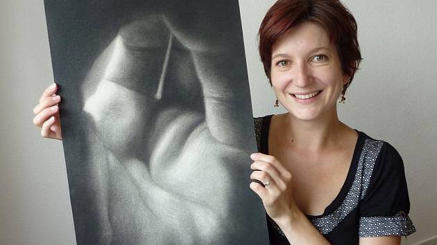 Lenka Zajícová svou grafiku z cyklu Zrození vykládá jako symbol vzniku lidského života.  Za inspiraci si vzala vlastní dlaň a mírně pokrčené prsty, mezi něž dopadalo světlo.