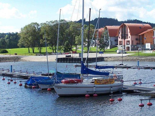 Atraktivní dovolená. Mezi nejvyhledávanější cíle turistů v jižních Čechách patří Lipenská přehrada. Rekreační areál Marina Lipno má svůj vlastní přístav, nabízí půjčení lodí a dokonce i výukové programy.