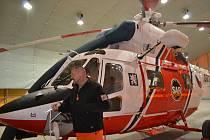 Provoz letecké záchranky převzala armáda. Pilot Peter Smik vysvětluje přednosti vrtulníku.