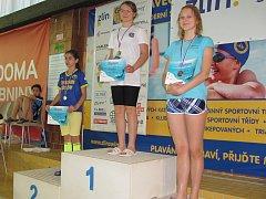 Táborská ploutvařka Klára Mazalová na nejvyšším stupínku při mistrovství republiky ve zlínském bazénu.