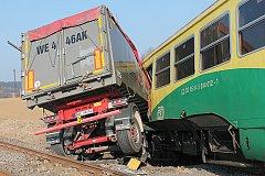 Nehoda na kolejích: osobní vlak a nákladní auto.
