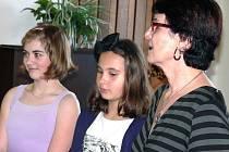 ODNESLI SI OCENĚNÍ. Mezi oceněnými byly i žačky ze ZŠ Čekanice Klára Benešová a Anna Marie Maršíková. Na snímku jsou s ředitelkou školy Hanou Dolejší.