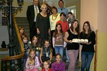 Prezidentka hnutí Běla Gran Jensen (černé šaty) je častým hostem školy.