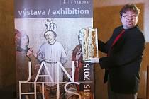 Jakub Smrčka s exponátem z výstavy Jan Hus.