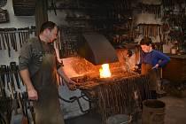Kovář Ladislav Dobeš učí základy této dovednosti zájemce z řad dětí i dospělých.