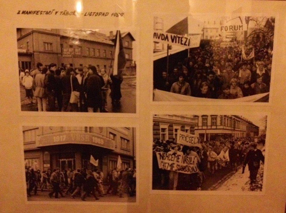 Výstava historických fotografií věnována výročí Sametové revoluce