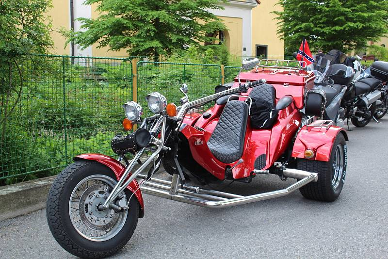 Motorkáři si do Chýnova přijeli pro požehnání již počtvrté.