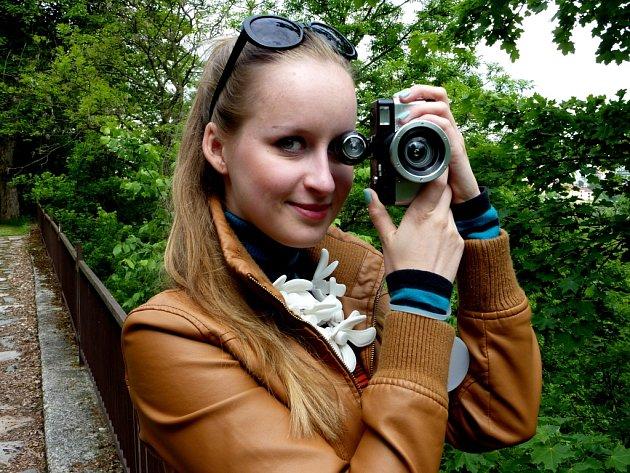 """Clare Olive (22) se ve skutečnosti jmenuje Klára Olivová, ale toto jméno téměř nepoužívá. Kromě fotografování se zabývá modelingem. Doma ji mají za rodinného intelektuála. Zajímá se také o umělecké filmy, design a s úsměvem říká, že je """"ujetá"""" na kabelky."""
