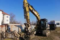 K demolici se používá těžká stavební technika, například bagr s bouracím kladivem. Stavební suť se na místě třídí a odváží.
