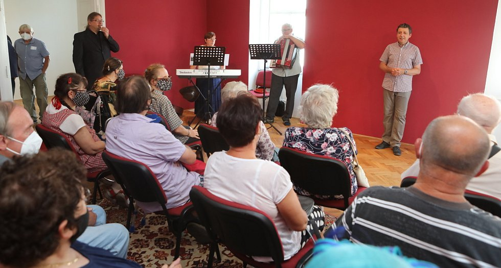 Slavnostní otevření Weisova domu v pátek 16. července se zúčastnila řada významných hostů včetně starosty Víta Rady. O hudební program se postarali manželé Molíkovi.