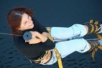 Před seskokem se musíte zvážit, aby se vybralo vhodné lano. Poté stačí nezaleknout se propasti, která se před vámi rozevřea už se člověk vzápětí pohupuje nad Orlickou přehradou. Adrenalinsi můžete užít od května do října.