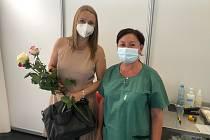 Stotisící dávku očkování proti covidu v táborském Očku, spolu s kyticí, dostala Lenka Havlíčková z Plané nad Lužnicí.