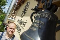Zvonař Michal Votruba z Myslkovic na Táborsku pózoval 21. června 2021 fotografovi ČTK. Dvaatřicetiletý zvonař má už více než deset let svou vlastní praxi, která patří mezi čtyři zvonařské dílny v republice.