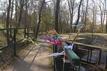 Ozdobené zábradlí u rybníku Chadimák v Jistebnici dělá radost všem ze spolku Sedlecká i obyvatelům Jistebnice.