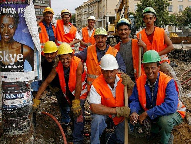 Stavební dělníci, zedníci a další lidé pracující ve stavebnictví se o práci bát nemusejí, poptávka je stále vysoká.