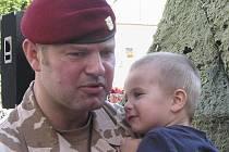 Malý Viktor po skončení nástupu vojáků skočil svému tátovi Igoru Jaškovi z Tábora okamžitě do náruče.  Jako mnoho dalších dětí se i on bude muset s tátou na půl roku rozloučit.