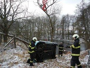 U Sudoměřic u Bechyně auto skončilo v rybníku